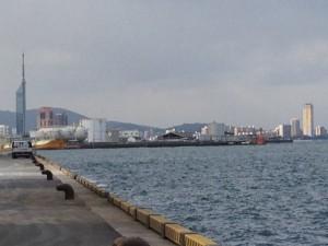 左に博多ポートタワー
